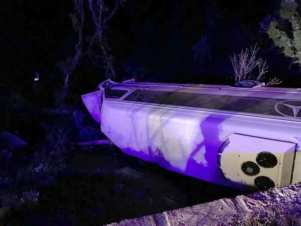 Turistleri taşıyan araç devrildi: 13 yaralı