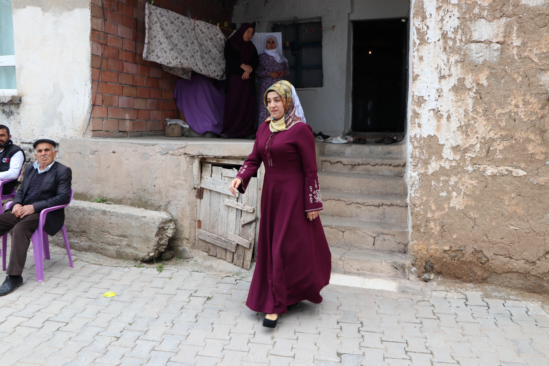 Köy muhtarı kadın kolları sıvadı