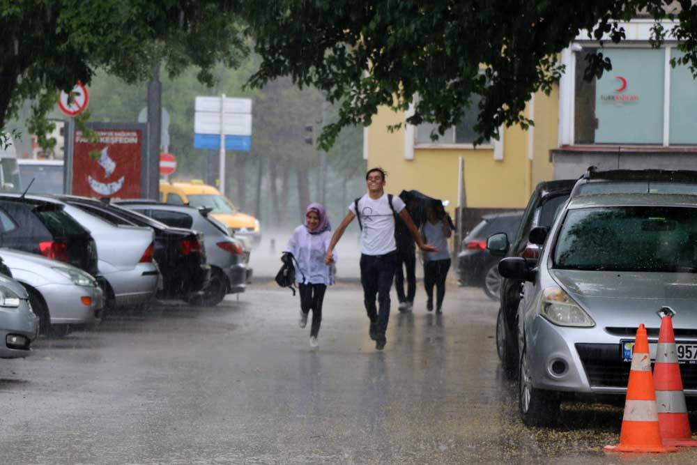 Aniden bastıran yağış hazırlıksız yakaladı