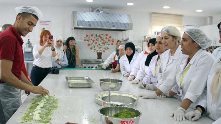 """Suriyeli kadınlar """"Antep lezzetlerini"""" öğreniyor"""