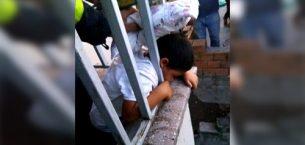 Kafası Balkon Korkuluklarına Sıkıştı!