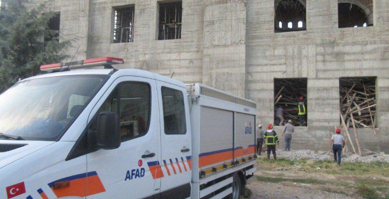 Cami inşaatı enkazında kalan mühendise hâlâ ulaşılamadı