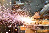 Sanayide üretim yüzde 2,2 artarken, reel birim ücreti 3,2 azaldı